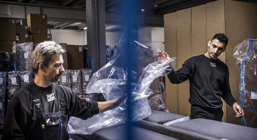 Møbelfirmaet Softline i Maribo har ansat næsten alle de syriske flygtninge, som har gennemført deres virksomhedspraktik. Mathluom Horo Hamza (til højre) på arbejde i virksomheden.