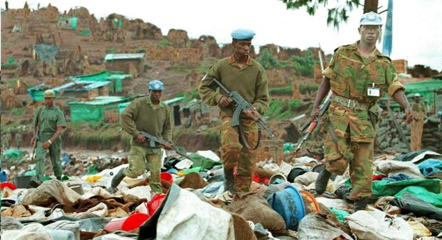 FN-soldater fra Mali kigger efter overlevende i Kibeho-flygtningelejren i Rwanda efter massakren 22. april 1994. Omkring 2000 hutuer - mest kvinder og børn - blev trampet ihjel.