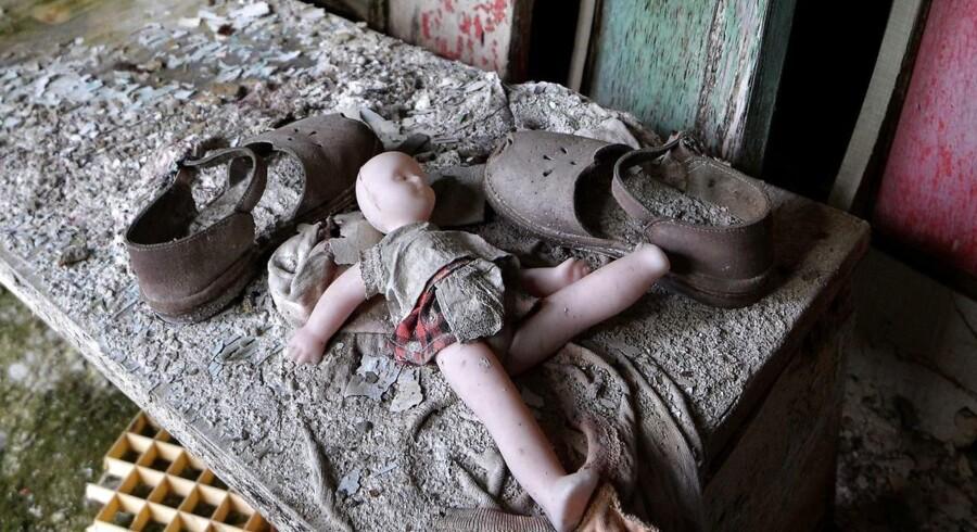 »Eksplosionen i Tjernobyl efterlader liv, men det er liv, der lugter af død,« skriver Mette Høeg i sin anmeldelse af Aleksijevitj bog »Bøn for Tjernobyl: Det, der hyppigst viser sig i unge kvinders drømme fra de atomstrålende egne, er deforme børn og kalve født med otte ben. Én af likvidatorerne – navnet på de soldater, der blev sendt ind til reaktoren for at rydde radioaktivt affald op med spader – fortæller, at han ved sin hjemkomst smed al sit udstyr i affaldsskakten, på nær sin kasket: »Jeg gav kasketten til min lille søn. Han ville så gerne have den. Han gik med den konstant. To år senere blev han diagnosticeret med hjernekræft.«