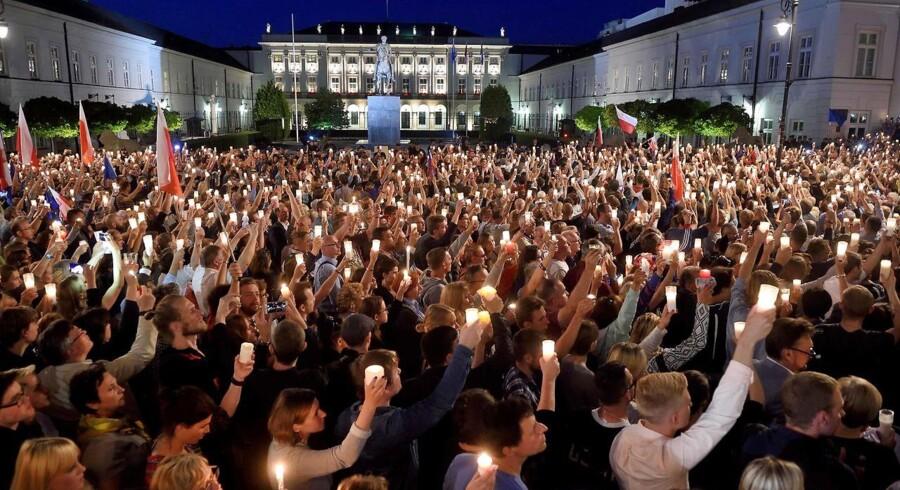 Foto: Adam Chelstowski/AFP/Ritzau Scanpix. Polakker demonstrerer juli 2017 mod den polske regerings planer om at fyre højesteretsdommere og dermed skabe mere kontrol med domstolene. Det er dog ikke kun Polen og Ungarn, der har problemer med udemokratiske tendenser i EU, skriver Maja Kluger Dionigi