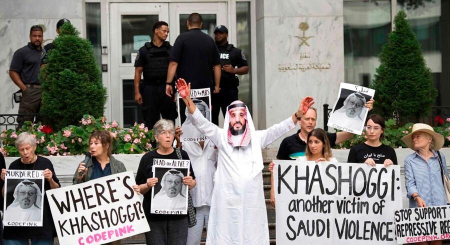 En demonstrant klædt ud som den saudi-arabiske kronprins Mohammed bin Salman står med blod på hænderne uden for Saudi-Arabiens ambassade i Washington DC i USA 8. oktober 2018, efter den saudi-arabiske journalist Jamal Khashoggi er forsvundet. Jamal Khashoggi forsvandt efter et besøg på Saudi-Arabiens konsulat i Istanbul i Tyrkiet 2. oktober.