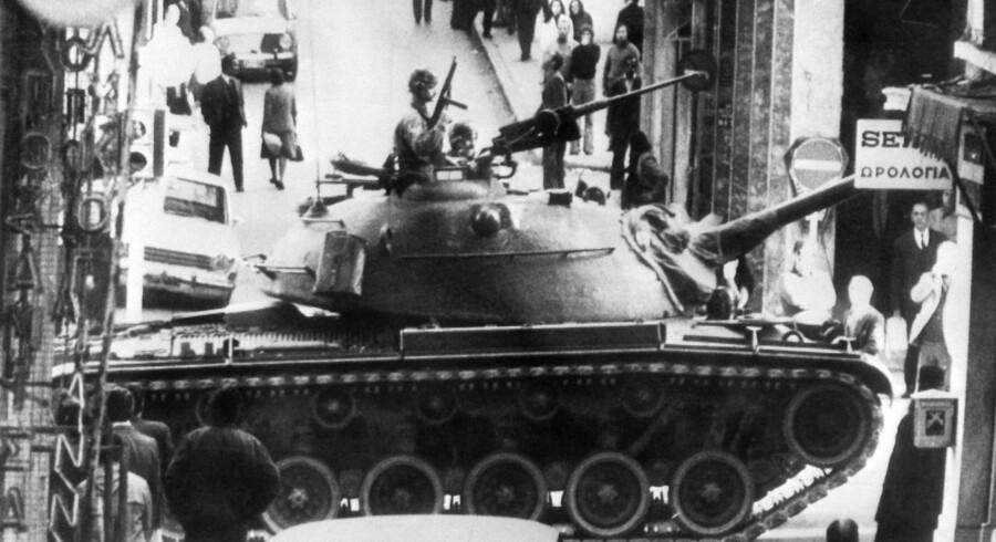 I 1973 sendte det græske militærdiktatur kampvogne på gaderne i Athen efter blodige demonstrationer mod juntaen, der tog magten i Grækenland ved et kup i 1967. I en ny bog advarer den britiske professor David Runciman om, at fremtidens kup mod demokratiet vil finde sted i al ubemærkethed og uden tanks i gaderne.