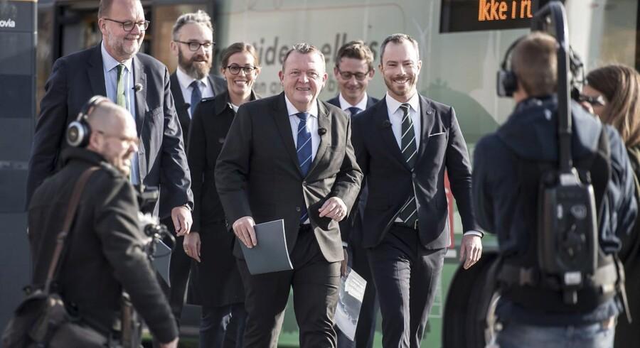Det var en del af en velkoordineret plan, som skulle give danskerne ét særligt billede af regeringens klimaplan, da statsminister Lars Løkke Rasmussen (V) med fem andre ministre ankom i elbus til et pressemøde ved BLOX i København i tirsdags.