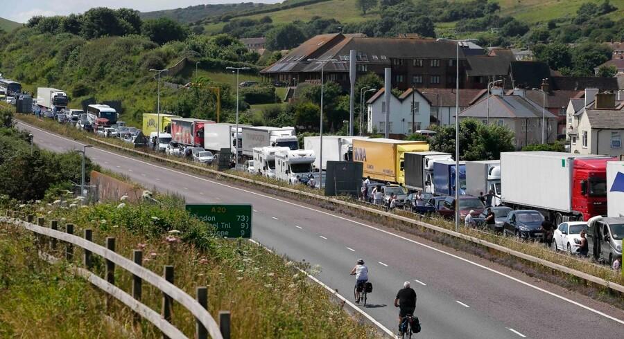 I sommeren 2016 indførte de britiske myndigheder øget paskontrol, der resulterede i, at bilister ventede i op til 15 timer i næsten 20 kilometer lange køer ved havnebyen Dover. Nu er der bekymring for, at situationen kan blive endnu værre, hvis briterne ikke får en aftale med EU om de fremtidige relationer efter Brexit.