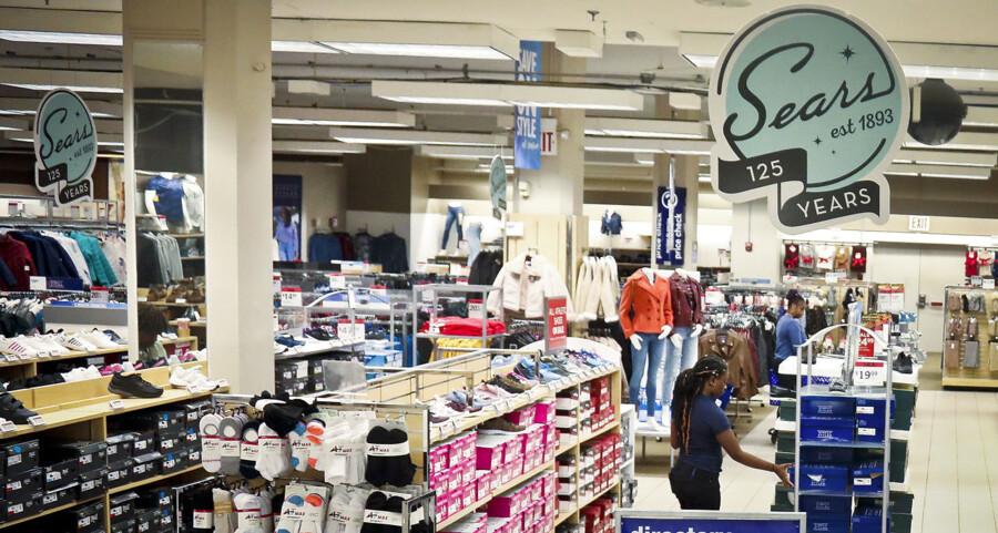 Et besøg i en Sears forretning onsdag i sidste uge. Brooklyn, New York.
