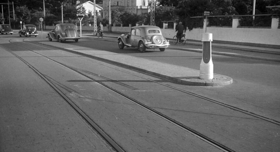 Arkivfoto: Olaf Ibssen/Ritzau Scanpix. Det er mange år siden, at trafikken på Strandvejen så ud som på dette billede taget i Klampenboorg.