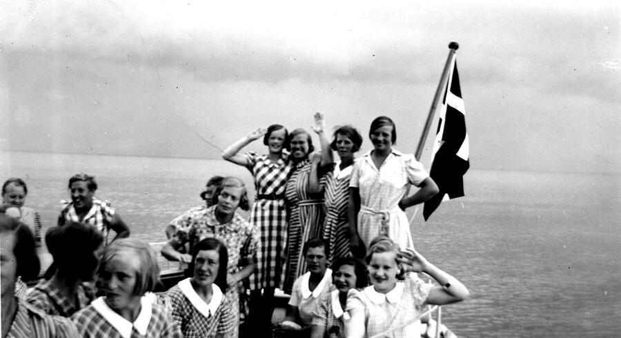 Forbindelsen til fastlandet var med postbåden fra Korsør. Én gang om året fik pigerne også en sejltur med postbåden som en form for udflugt.