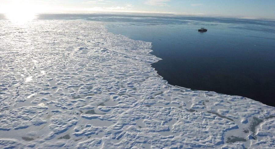 Flådens nyeste skib LAUGE KOCH har med fordel for dansk arktisk forskning været på togt ved den grønlandske nordkyst, bl.a. for at finde ud af, hvordan havet omkring Grønland bliver påvirket af global opvarmning. Arkivfoto: Clement Sabourin/Scanpix Ritzau