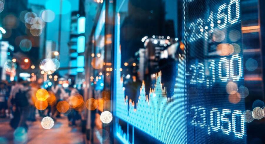 Det kan være en vanskelig øvelse at sadle om fra den ene hest til den anden på de rette tidspunkter på aktiemarkedet, og derfor kan man med fordel vælge at investere i en særlig type indeksfonde.