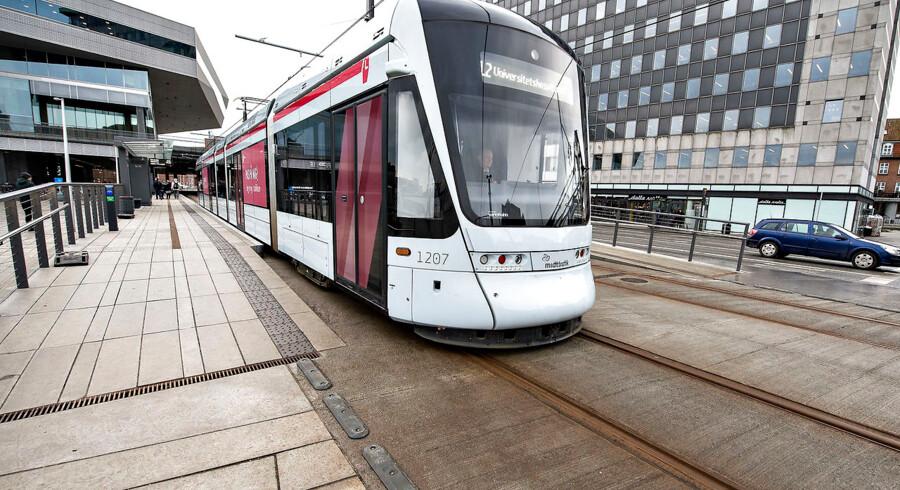 (ARKIV) Et letbanetog forlader stoppestedet Dokk1 torsdag den 21. december 2017. Aarhus Letbane er ramt af teknisk nedbrud og kører ikke, fredag aften, 16. marts 2018. . (Foto: Henning Bagger/Scanpix 2018)
