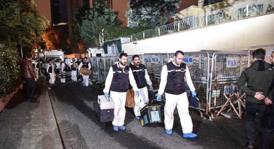 Tyrkiske eksperter forlader det saudiarabiske konsulat i Istanbul efter deres efterforskning. Ifølge Tyrkiet forestod en saudisk retsmediciner parteringen af Jamal Khashoggi.
