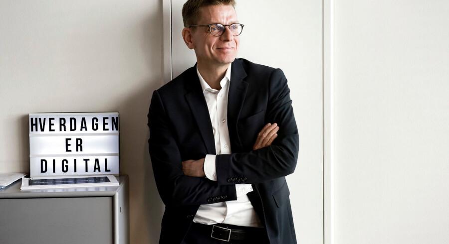 »Hverdagen er digital,« står der på skiltet bag Lars Frelle-Petersen, ny digital direktør i Danmarks største erhvervsorganisation, Dansk Industri (DI). Og det skal tages alvorligt af alle – ellers risikerer vi at blive tromlet af udlandet.
