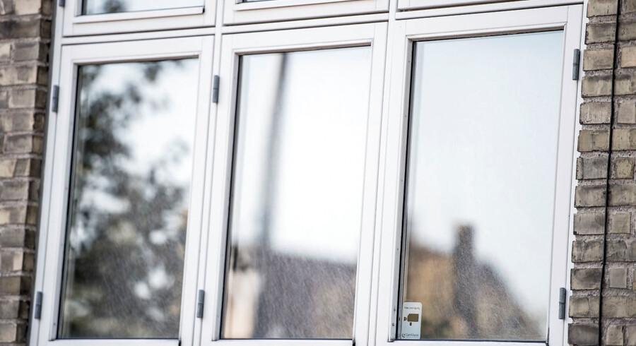 I dag er hendes hus beslaglagt. Men hvad foregik der bag disse vinduer hos den 64-årige svindelsigtede kvinde, når hun kom hjem fra sit arbejde gennem hele 41 år i statsadministrationen?