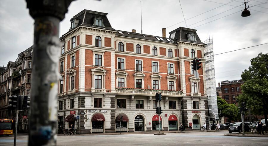 Holckenhus, der ligger på H.C. Andersens Boulevard i København og tidligere har huset kunstnere som Marie og P.S. Krøyer, er blevet købt af kapitalfonden Blackstone, der ønsker at nedlægge de 13 atelierer, som ligger på tagetagen, og omdanne dem til luksuslejligheder. Arkivfoto: Thomas Lekfeldt