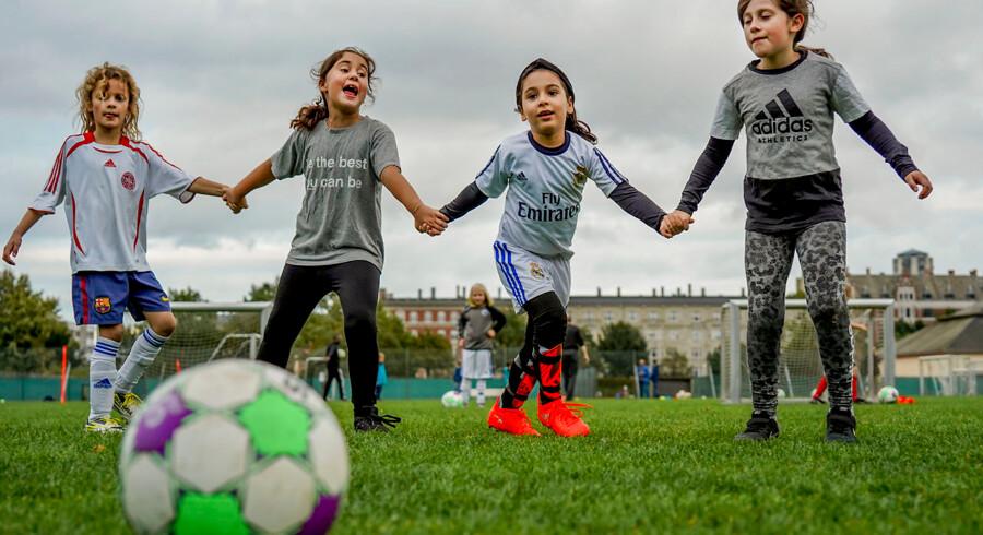 Nu kan piger også spille fodbold i Danmarks ældste fodboldklub, KB. Her er det Sara, Malika, Sophia og Siwa.