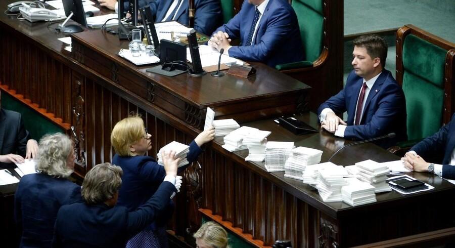 Medlemmer af Polens parlament placerer eksemplarer af Timothy Snyders »Om tyranni« på talerpulten i parlamentet i 2017 for at protestere mod, hvad de så som en udemokratisk lov. Snyder er blevet en stjernehistoriker og en del af den politiske debat om demokratiernes fremtid.