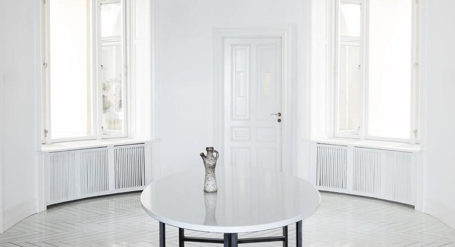 Det ovale bord i lavasten er lavet specielt til Made a Manos showroom. Foto: PR
