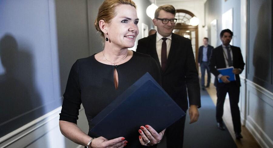 Regeringens forsøg på at hente mere udenlandsk arbejdskraft vil øge beskæftigelsen med blot 1.200 personer, viser et notat fra Finansministeriet. Her ses udlændingeminister Inger Støjberg (V) og beskæftigelsesminister Troels Lund Poulsen (V) ved præsentationen af regeringens udspil om netop styrket rekruttering af udenlandsk arbejdskraft.