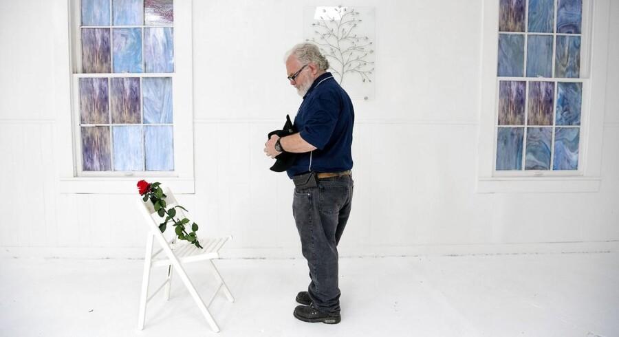 For et år siden mistede 26 livet, mens 20 andre blev såret under en massakre i First Baptist Church i landsbyen Sutherland Springs i Texas – den til dato værste kirkemassakre i USA. Stephen Willeford kom i ildkamp med gerningsmanden, og den heltemodige indgriben benyttes nu som argument for retten til at eje og bære våben. Stephen Willeford var personlig ven med mange af ofrene. I kirken står der i dag hvide klapstole med ofrenes navne der, hvor de blev skudt. På hver stol er placeret en rød rose.