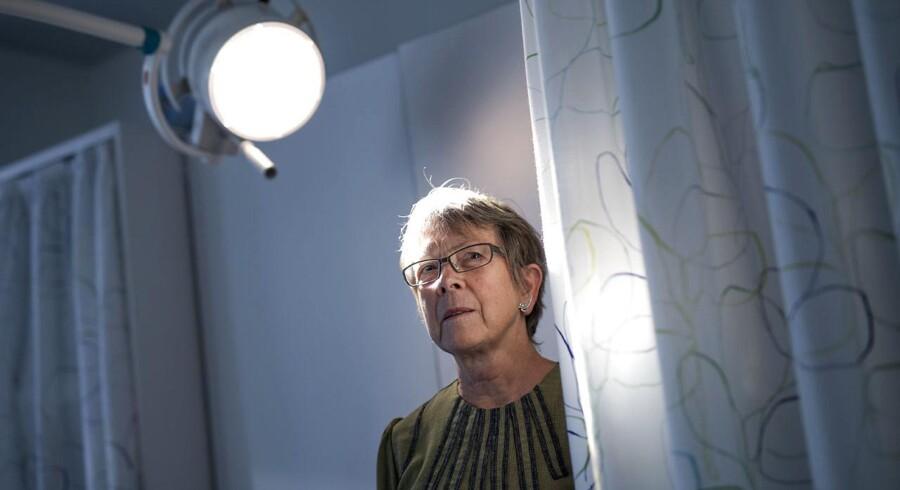 Når retsmediciner Annie Vesterby Charles undersøger en afdød, bruger hun samme fremgangsmåde hver gang. Baseret på mange års erfaring, evidens og solid faglig praksis for retsmedicinere. Foto: Mikkel Berg Pedersen