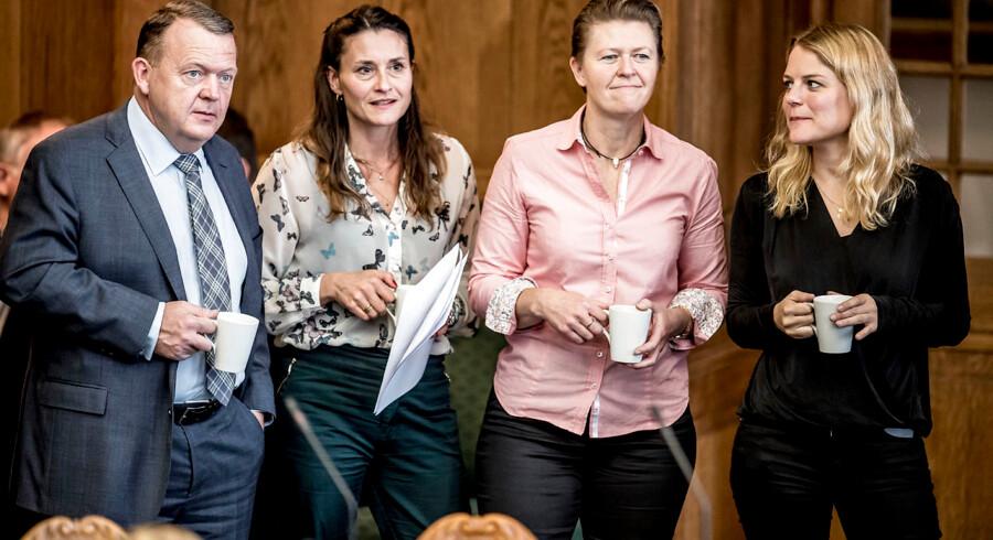 (Arkiv) Alternativets politiske ordfører, Carolina Magdalene Maier, der her står ved siden af statsminister Lars Løkke Rasmussen (V) beklager, at hun de seneste tre år har fløjet for meget.