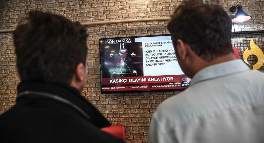 Mange stod klinet til skærmen og ventede på, at den tyrkiske præsident, Erdogan, ville afsløre »den nøgne sandhed« om mordet på den saudiske journalist Jamal Khashoggi. Det skete ikke. Foto: Ozan Kose/AFP/Ritzau Scanpix