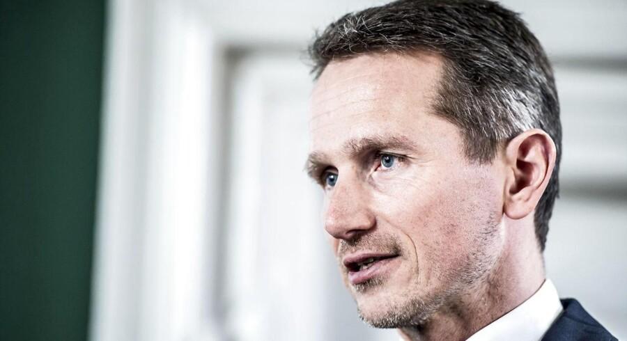 Nuværende Venstre-næstformand Krisitan Jensen var skatteminister, da man for godt ti år siden etablerede Skat. Nu kritiserer to at landets førende eksperter i offentlig forvaltning skarpt arbejdet med at indrette det danske skattevæsen.