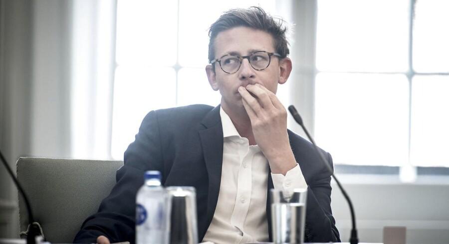 Efter massiv kritik forsvarer skatteminister Karsten Lauritzen (V) beslutningen om at etablere et skandalombruste Skat.