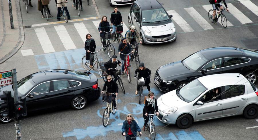 Trafik. Cyklister og bilister kæmper om pladsen ved det store kryds ved Dronning Louises bro og Nørre Søgade.