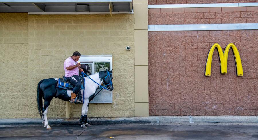 Det er varmt, over 30 grader, og alle bliver tørstige. Under paraden sælges der vand og øl langs paraden, men en på hest udnytter, at der er en McDonalds sidst på ruten.