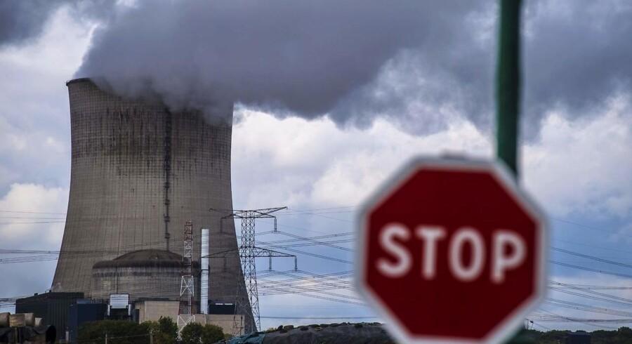I kraft af verdens største satsning på atomkraft er det lykkedes Frankrig at opnå et lavere CO2-udslip pr. indbygger end selv i det vindkraftglade Danmark. Men selv i Frankrig – og i stort set hele Europa og USA – daler atomkraftens andel af den samlede el-produktion langsomt, men sikkert. Her et køletårn på et fransk a-kraftværk.