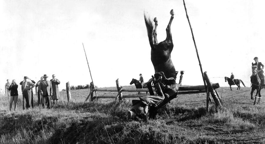 Igen i år er der rævehaler, ryttere i rødt og gode chancer for at se vandplask, når den årlige Hubertusjagt finder sted i Dyrehaven søndag d. 2. november. Se alle de historiske billeder her.Major Tryuelsen står på hovedet under Hubertusjagten okt.1958. Den 5. november 1905 rides den første hubertusjagt i Dyrehaven.