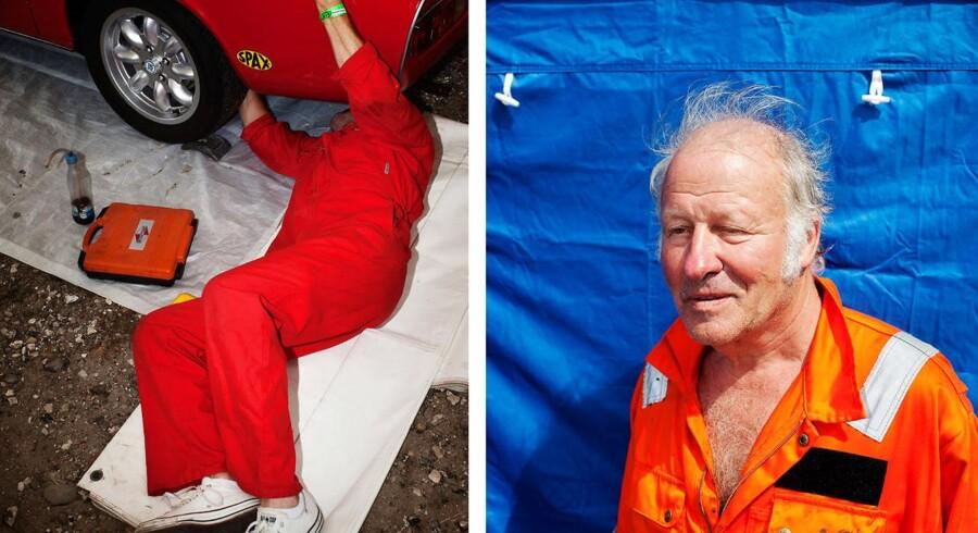 Her er Jan Unneberg fra Norge i gang med at fikse motoren på sin bil. Flere tilskuere fulgte interesseret med i Jans arbejde.