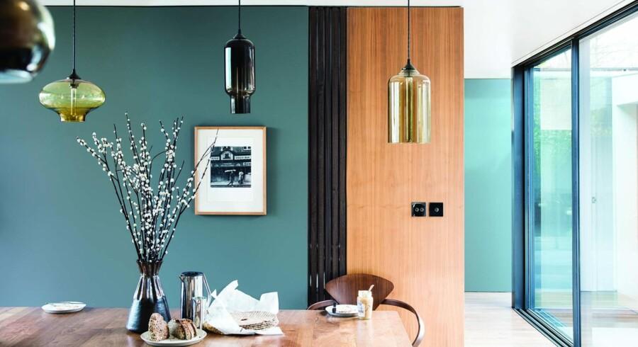 Varmt træ og mørke toner af blå får det bedste frem i hinanden. Her er væggene malet i en af Farrow & Balls nye farver, De Nimes No. 299. Foto: PR