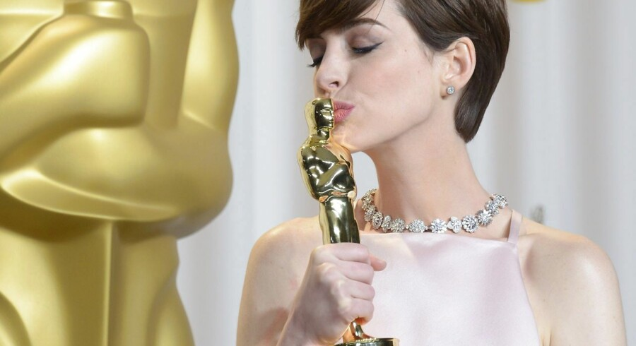 """TOPSHOTS Anne Hathaway celebrates winning Best Performance by an Actress in a Supporting Role in """"Les Mserables"""" in the press room during the 85 Academy Awards on February 24, 2013 in Hollywood, California. AFP PHOTO / Joe KLAMAR"""