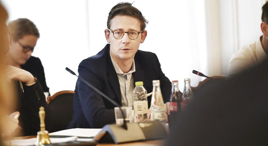 Skatteminister Karsten Lauritzen (V) kritiseres nu for at forhale undersøgelsen af det kuldsejlede skat. Kritikken kommer fra selve undersøgelseskommissionen, der konkluderer, at forløbet »ikke har været tilfredsstillende«.
