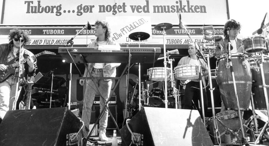 Grøn Koncert blev afholdt for første gang i 1983, hvor karavanen bestod af blot 40 frivillige, to folkevognsrugbrød, en lastbil og en varevogn. Siden er det blevet en årlig musiktradition at landets mest populære pop- og rockkunstnere turnerer landet rundt.Her ses den beskedne scene i koncertkaravanens 6. leveår - 1988.Journalist: Nynne Hein Møller