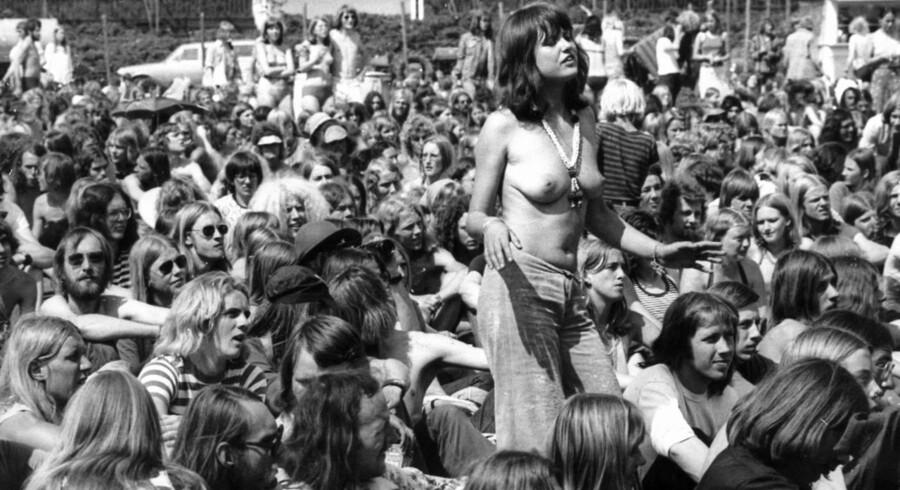 Denne billedserie publicerede AOK første gang i 2014, men den kan sagtens tåle et gensyn. AOK har kigget dybt i arkiverne og fundet en kæmpe stak billeder fra lejrlivet gennem Roskildes historie. Første festival var i 1971, da fire gymnasieelever tog initiativ til festivalen, der dengang gik under navnet Sound Festival. Dette billede er fra en debat under festivalen i 1974.Skribent: Nynne Hein Møller
