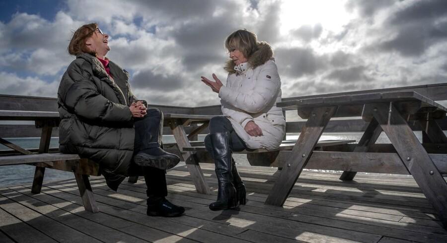 Grethe Fenger Møller (tv.) og Mimi Jakobsen har kendt hinanden, siden de blev valgt til Folketinget i 1977 for hhv. de Konservative og CD. I dag har de begge forladt politik, men mødes jævnligt, bl.a. på deres »stamcafé« i Sletten Bådeklub.