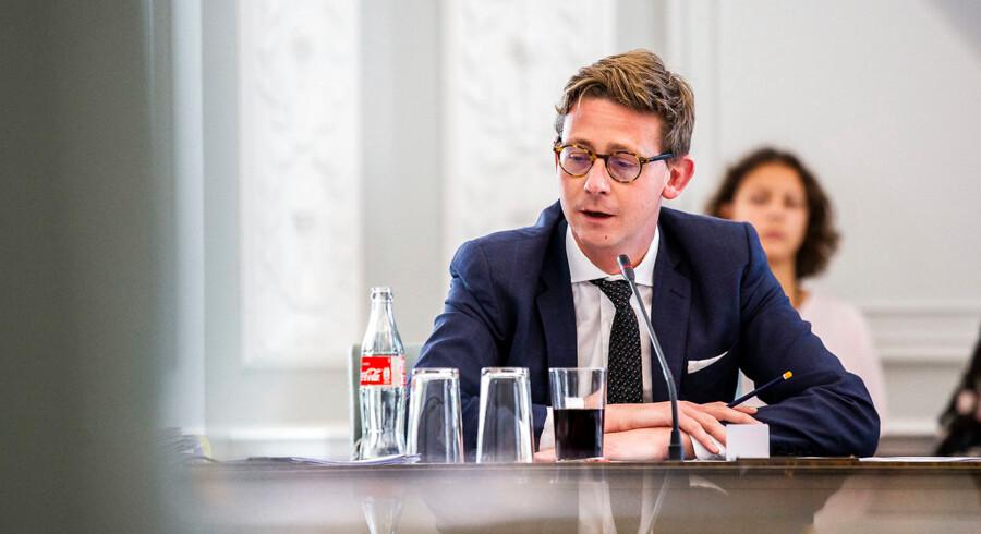 Foto: Ólafur Steinar Gestsson/Ritzau Scanpix. Karsten Lauritzen er som skatteminister blevet overrasket over, hvor mildt og langsomt, der slås ned på folk, der begår økonomisk kriminalitet og skattesnyd. Ifølge Skat snyder cirka ti procent af danske virksomheder bevidst.