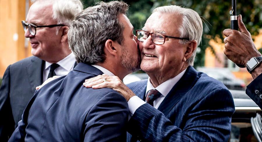 Prins Henriks fødselsdag, 11. juni, er ikke længere en officiel flagdag i Danmark. På billedet hilser Prinsen og kronprins Frederik på hinanden ved Peter Zobels bisættelse i Sankt Pauls Kirke i København fredag 8. september 2017.