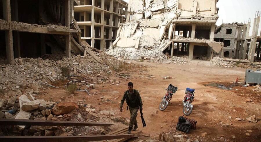For to uger siden trådte aftalen om en bufferzone rundt om Idlib, der skal adskille oprøerne fra regimets hær, i kraft. Det er dog langt fra alle oprørsgrupper, der har overholdt aftalen. Alligevel har regimet endnu ikke igangsat en stor militæroffensiv.Her går en oprører rundt i zonen på dagen, hvor aftalen skulle træde i kraft.