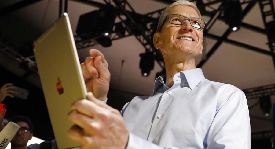 Apple-topchef Tim Cook med en iPad Pro i hånden efter lanceringen i juni 2017. En ny iPad Pro ventes at arve rigt fra udviklingen af iPhone-telefonerne. Arkivfoto: Stephen Lam, Reuters/Scanpix