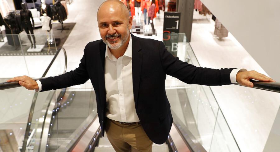 Sergio Bucher, topchef for den britiske varehuskæde Debenhams, poserer her på rulletrappen i en ny flagskibsbutik i Watford nord for London, der skal være en test på et nyt koncept med vægt på oplevelser i et forsøg på at redde Debenhams efter lang tids tilbagegang. »Vi tager aktive skridt til at styrke Debenhams i et marked, der fortsat er uforudsigeligt og udfordrende,« sagde han 25. oktober efter at have offentliggjort et kæmpeunderskud. Foto: Peter Nicholls/Reuters/Ritzau Scanpix