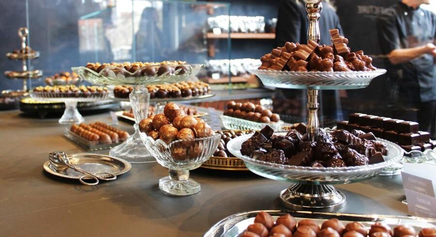 Confecture Copenhagen er byens nye chokoladebutik på Christianshavn. Her kan man blandt andet få »Vor Frelsers kugle« (de runde guldfarvede i skålen).