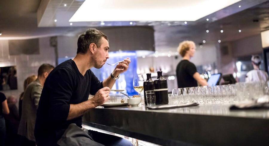 Det er blevet smart at spise alene, og flere og flere gør det. En af dem der ofte nyder sit eget selskab og en middag er stifteren af bildelingstjenesten GoMore, Matias Dalsgaard.