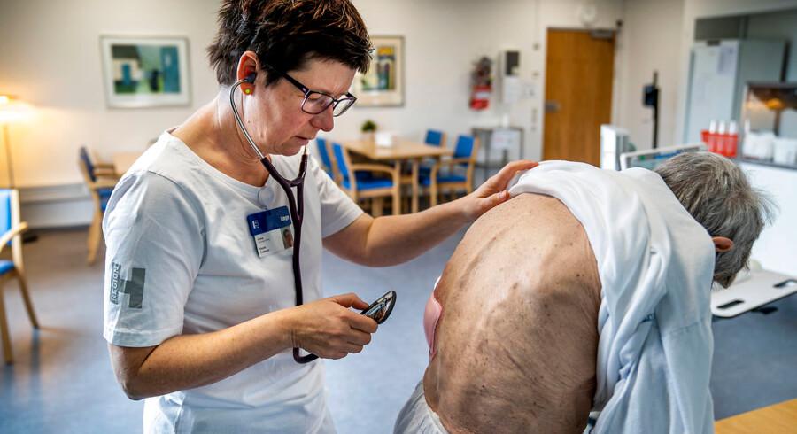 Hanne Pedersen er overlæge på Geriatrisk Sektion på Amager og Hvidovre Hospital. Det er hendes opgave at vurdere, om ældre patienter skal sendes videre i behandling eller sendes hjem, og fremtidens sundhedsvæsen skal finansieres ved, at langt færre ældre skal indlægges på landets hospitaler. Stuegang med Birgit Frost på 81, der i denne omgang har været indlagt i tre uger, men som i dag bliver udskrevet.