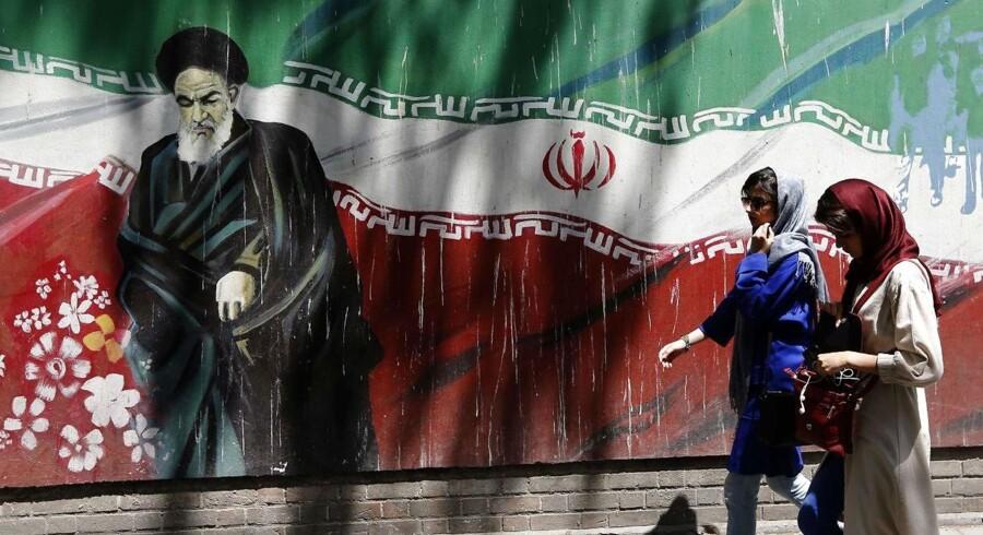 USA og Irans forhold har i årtier været fjendtligt. Her er iranere foran den tidligere amerikanske ambasadde i Teheran, som er blevet overmalet med anti-USA-grafitti. 4. november træder den mest omfattende del af USAs sanktioner mod Iran i kraft – den oliembargo, der yderligt kan lamme landets økonomi.