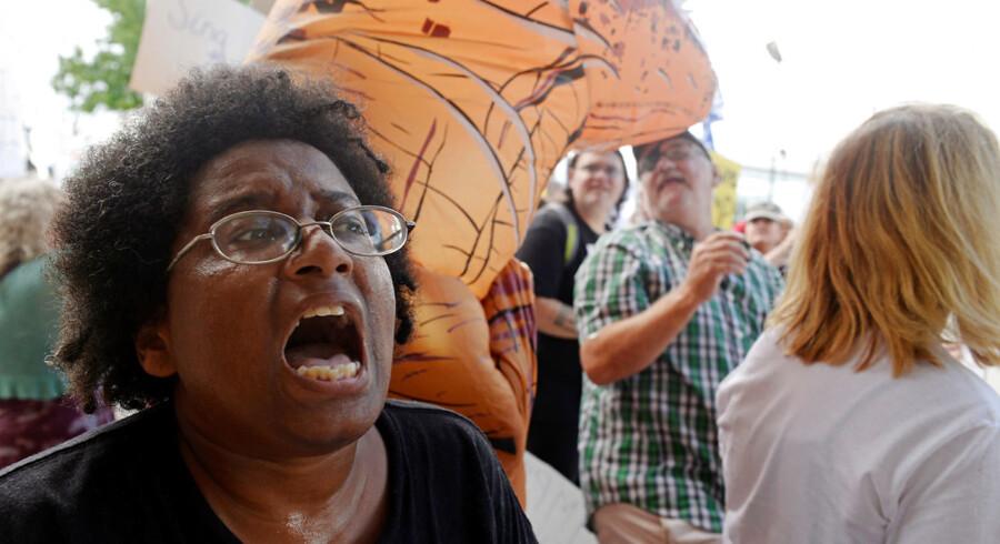 Samfundsdebatten i USA befinder sig i en »kritisk tilstand,« siger kendere af amerikansk politik. På billedet protesterer aktivister i Charleston mod et besøg fra præsident Trump i august i år. Arkivfoto: Lexi Browning/Reuters