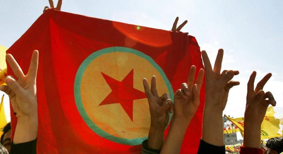 Tyrkiske kurdere holder flaget for det tyrkiske arbejderparti, PKK, op under en demonstration. Arkivfoto: MUSTAFA OZER
